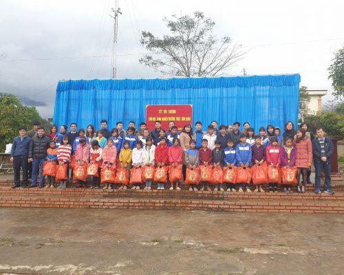 Đoàn thanh niên EEMC: Trao quà Tết cho học sinh nghèo THCS Sơn Bình