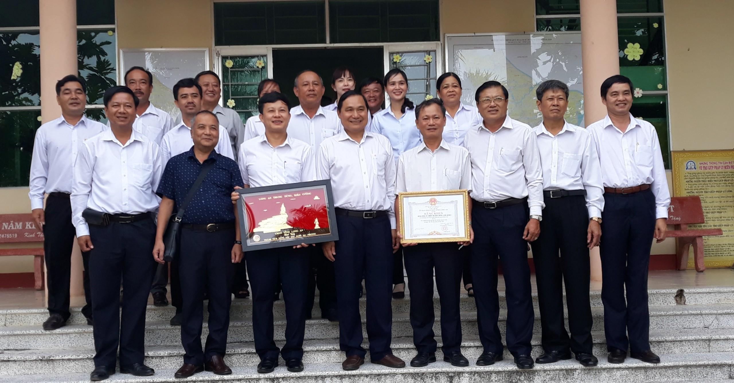 EEMC chung tay cùng Tổng công ty Điện lực miền Nam (EVNSPC)  và UBND tỉnh Long An trao tặng nhà đại đoàn kết